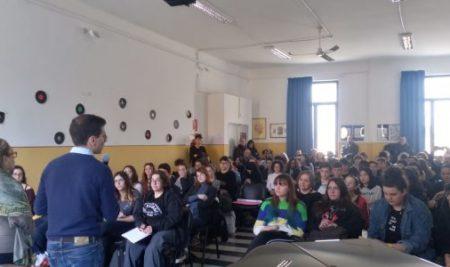 Essere onesti è la vera rivoluzione: gli alunni del Simone-Durano incontrano lo scrittore Andrea Franzoso
