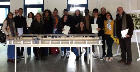 Foto di gruppo con il Dirigente Scolastico e gli studenti